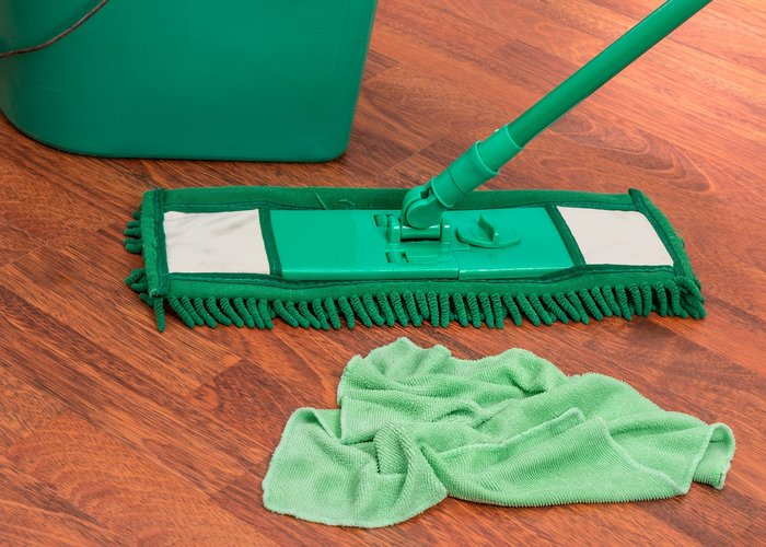 mop with cloth to clean laminate flooring