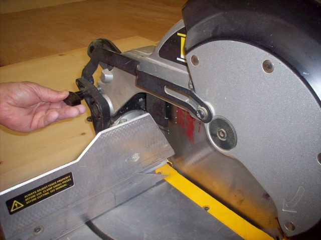 how-to-unlock-your-miter-saw_step1