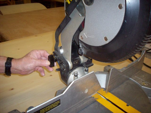 how-to-unlock-your-miter-saw_step2