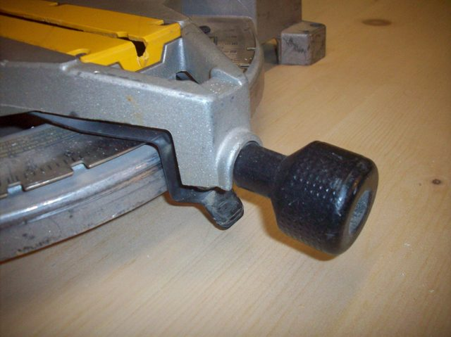 how-to-unlock-your-miter-saw_step3