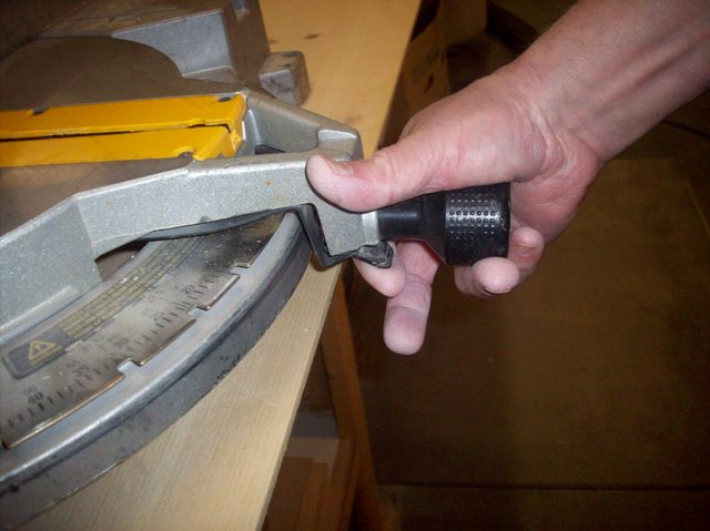 how-to-unlock-your-miter-saw_step5