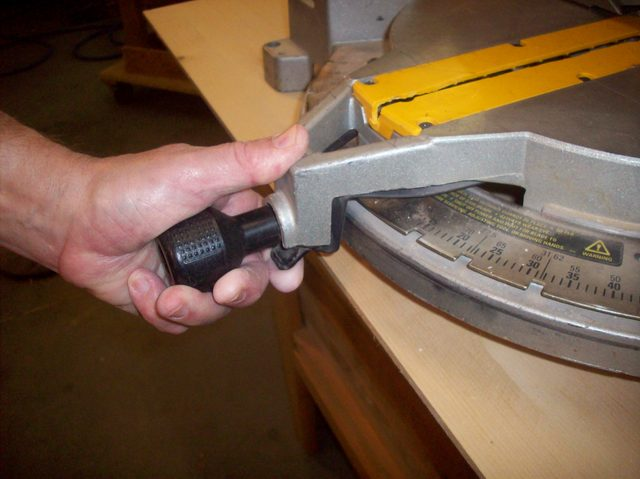 how-to-unlock-your-miter-saw_step6