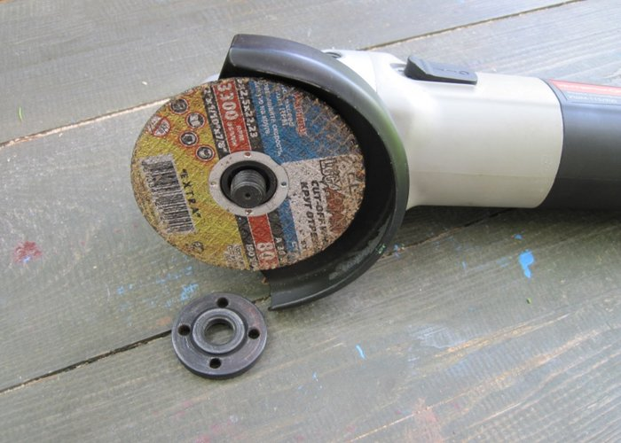 remove the disc from the angle grinder