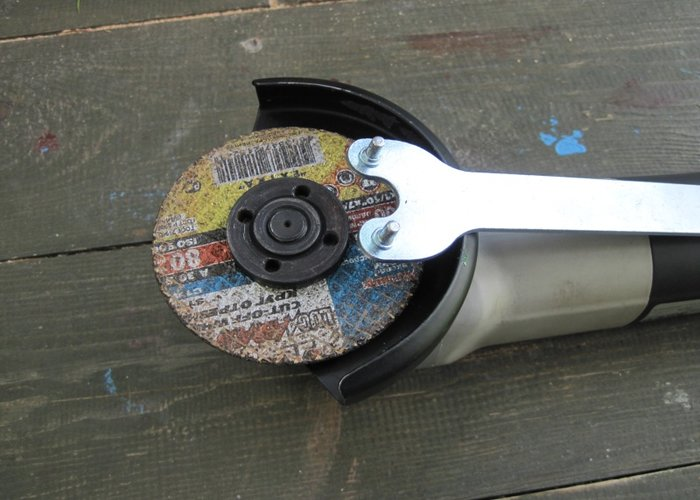 Remove the Angle Grinder disc with factory keys