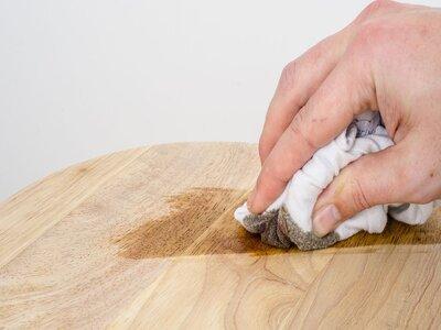 Remove the remains of the grease stains from the wood